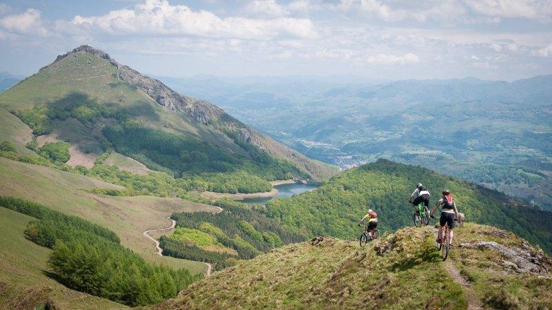 Belles images de paysages à vélo, mais pas que...  Mountain-bike-holidays-spain-basquemtb-21